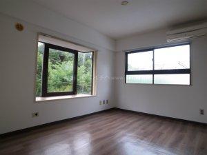 人気の富ヶ谷エリアの賃貸マンション!洋室から代々木公園の緑が見えます!