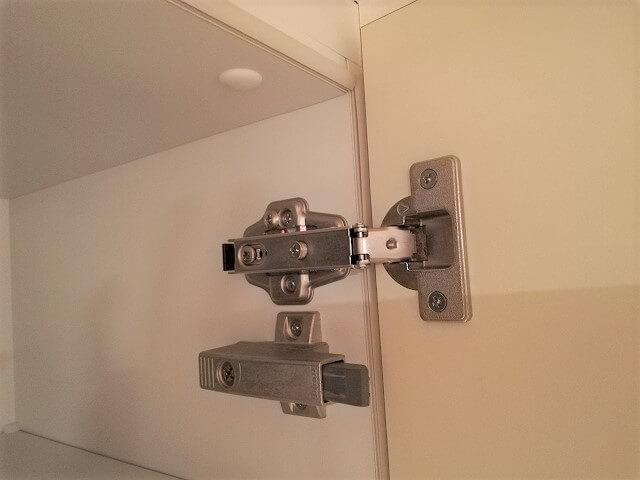 キッチン吊り戸が外れた!丁番のネジを締めたり緩めたり!